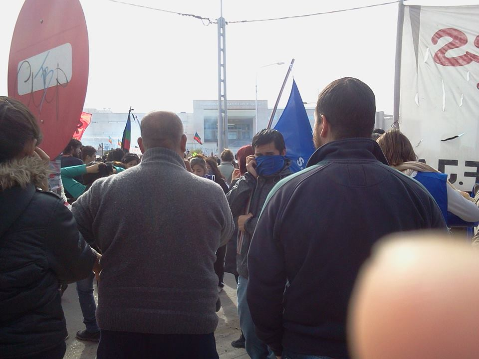 Represión en Neuquén en protesta contra acuerdo YPF-Chevron y el fracking en Argentina