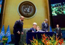 El Secretario de Estado estadounidense, John Kerry, durante la firma del Acuerdo de París en abril pasado. Foto: Departamento de Estado de los Estados Unidos. Dominio Público.