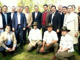 El presidente de la Nación, Mauricio Macri, y el ministro de Ambiente y Desarrollo Sustentable, Sergio Bergman, junto a autoridades y guardaparques de Parques Nacionales.