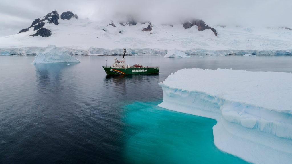 El barco de Greenpeace Arctic Sunrise navega el Océano Antártico. Foto: Christian í…slund / Greenpeace