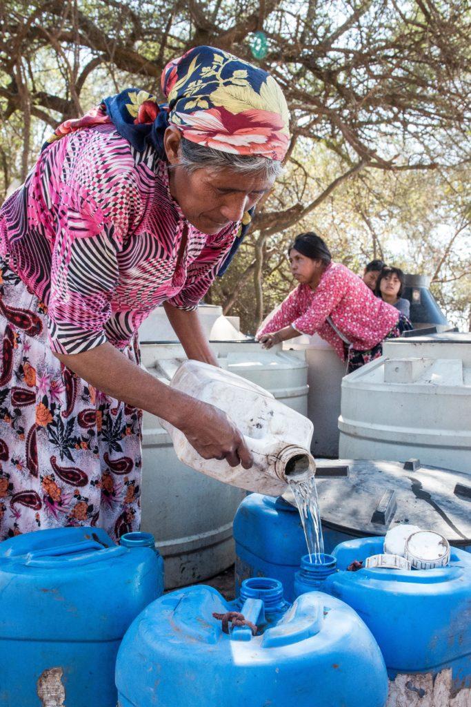 MKZ_7760.jpgComunidad Wichi recibe bidones de agua de la intendencia de General Ballivian - © Martin Katz / Greenpeace