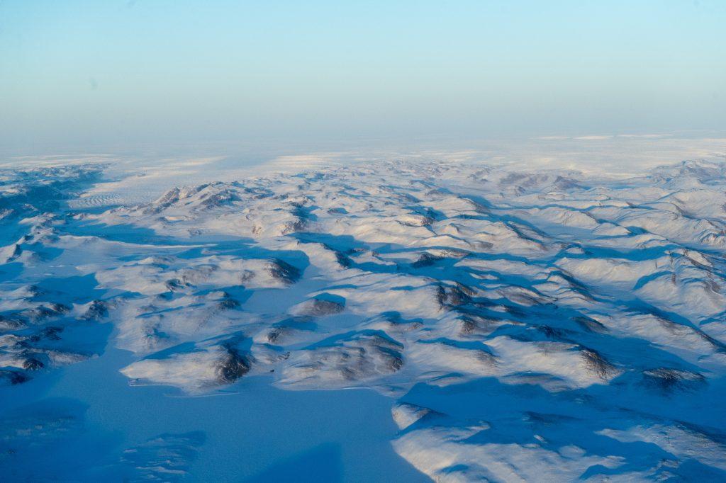 Fotografía aérea que muestra el derretimiento de la capa de hielo de Groenlandia. Foto: Biblioteca Fotográfica de Naciones Unidas. Licencia: Creative Commons CC BY-NC-ND 2.0.