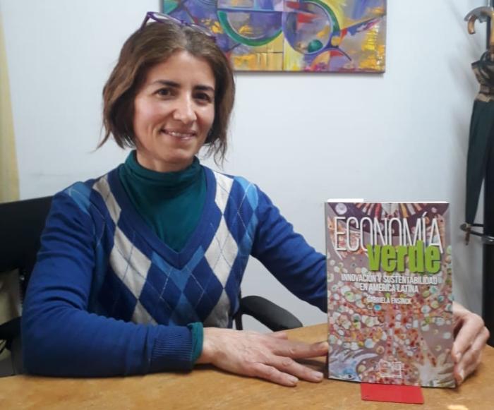 """Gabriela Ensinck es periodista especializada en Ciencia, Ambiente y Negocios y autora del libro """"Economía Verde. Innovación y Sustentabilidad en América latina"""""""